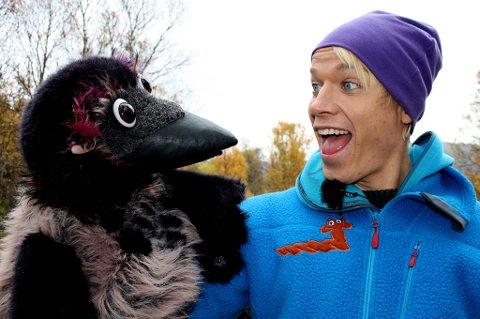 Christer Johnsgård slår fast at han trives bedre i selskap med kråker enn måser. Her fra Kråkeklubben på barne-TV på NRK.