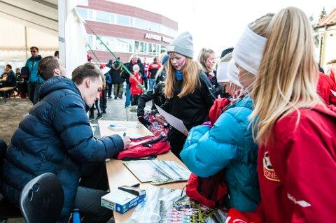 Her skriver TIL-spillerne autografer til fans før kamp i Fanzone. Bildet er fra en tidligere kamp. I kveld er det Sarpsborg 08 som venter for TILs menn.
