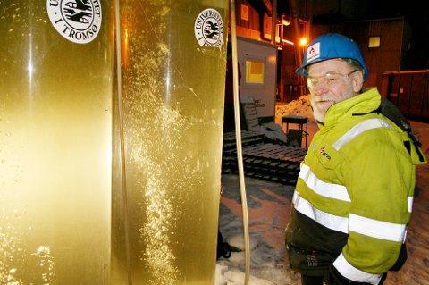Professor Hans Christian Eilertsen med algetankene som er utplassert ved smelteverket i Finnfjord.