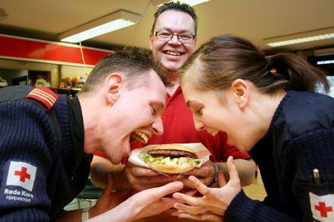 REDNING: Joachim Danielsen og Trine Lise Sommerbakk i Røde Kors Hjelpekorps på Finnsnes får burgerhjelp av Morten Kjærvik på Esso.
