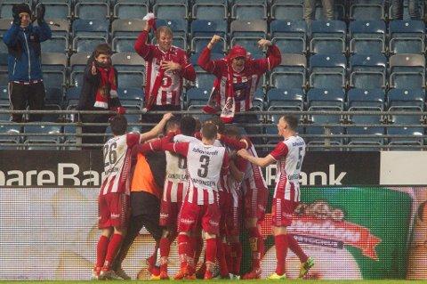 TIL-supporterne, med karakteristiske Trond Grimstad i spissen, kunne juble vilt med TIL-spillerne etter det avgjørende 2-1-målet på Viking stadion.