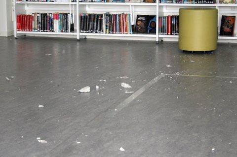 Småstein har falt ned på golvet.