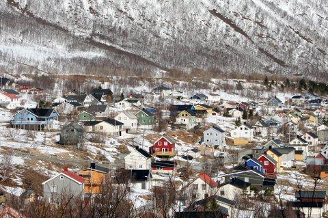 FJORDGÅRD: Den gamle skredvollen i øverkant av bebyggelsen skal gjøres dobbelt så høy for å sikre eksisterende boliger mot snøskred, men ikke så høy at det kan bygges nye hus i det rasutsatte området.