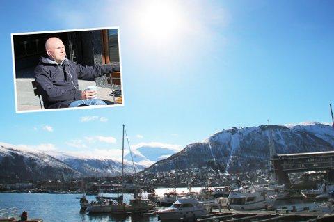 Henrik Øynæs Habberstad nyter sola i Tromsø. Foto: Gur Kristoffersen Lysnes