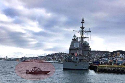 PÅ VAKT: Her ligger en amerikanske missilcruiseren til kai i Tromsø. Ved siden ligger en fritidsbåt som  ifølge Aldrimer.no var satt inn som sikkerhet.