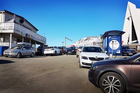 FOLKSOMT: Det var fullt på parkeringsplassen utenfor MIX-kiosken ved 17-tiden søndag. Noen hadde sågar benyttet seg av busslomma for å få plass.