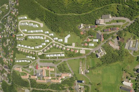 SETT OVENFRA: Slik ser man for seg det nye boligfeltet i området ovenfor UNN avdeling Åsgård. Nye boliger og blokker er tegnet i hvitt. Planen omfatter også en rekke eksisterende boliger. Lysløypa kan sees øverst i bildet gjennom Tromsømarka.