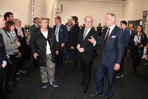 Erna Solberg ble tatt godt i mot på det nye settefiskanlegget i Gjøvika på Senja.
