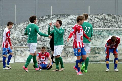 Morten Mathisen (nr 7) har akkurat satt inn Fløyas tredje mål for dagen, og gratuleres av to andre målscorere – Christopher Tian Olsen og Nikolai Skaue – mens de unge TIL-spillerne fortviler.