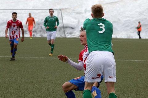 HETE I TOPPEN: Yngvar Johansen reagerer mot Gustav Severinsen etter en i overkant tøff takling fra TIL-unggutten. Begge fikk et helt fortjent gult kort.
