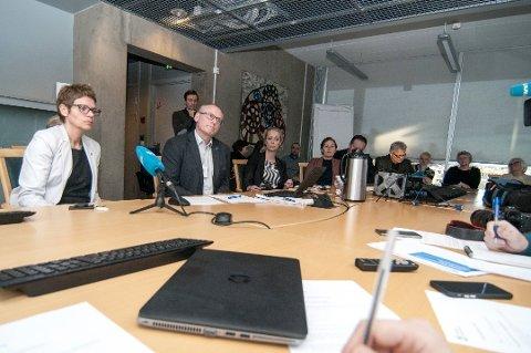 SLITER: Tromsø kommune sliter igjen med å holde budsjettene. Her er administrasjonssjef Britt Elin Steinveg (til venstre) og finansdirektør Oddgeir Albertsen avbildet i forbindelse med en annen sak.