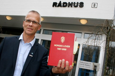 Kommunalsjef Rune Hoholm i Lenvik trenger folk som kan lovboka ut og inn.