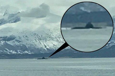 UBÅT: Dette bildet er tatt like utenfor Tromsø fredag formiddag og viser en ubåt på vei inn til byen.