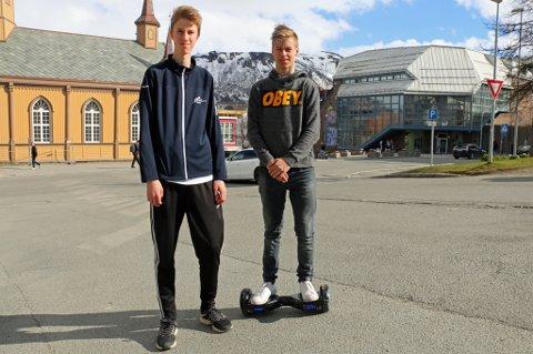 ADVARER: Ali Ylikoski (til venstre) og Håkon Petersen advarer etter at batteriet har eksplodert på to ulike hoverboards som Ali har kjøpt på Obs. Håkon har hatt sitt brett av et annet merke i rundt seks måneder uten problemer.