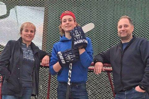 STØTTE: Oddbjørn Eriksen (midten) er et av Norges største ishockeytalenter i sin årsklasse. Nå flytter han til Sverige for å utvikle seg videre, der foreldrene Kristine Liahjell (t.v) og Odd-Harald Eriksen (t.h) skal veksle på å bo sammen med han.