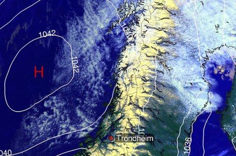 SYNDEREN: Dette høytrykket nordvest av Trondheim er årsaken til det kalde været i nord akkurat nå.