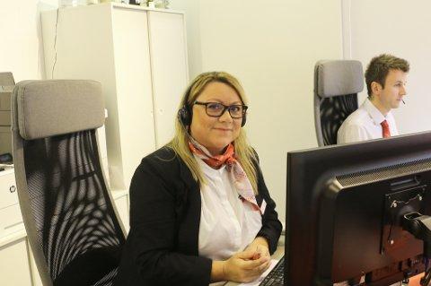 TRAVELT: Carina Sørensen, salgsleder i Ticket Tromsø, har travle dager. Mange nordlendinger ønsker seg til sydligere strøk i sommer. Foto: Astrid Øvre Helland