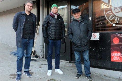 FORNØYD: Trond Schikora (51) er meget fornøyd med driftsresultatet til Flyt. Her sammen med  Øyvind Bakkeby Moe (40) og Harry Granås (63) som i januar åpnet utestedet Fun Pub sammen. Arkivfoto: Ragnhild Gustad