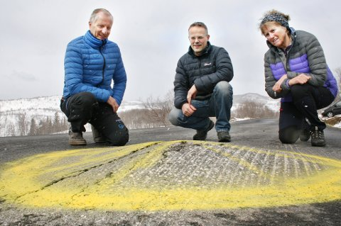 Frode Daae Hanssen, Roger Aasen og Herbjørg Rognmo studerer den merkelige kulen som dukket opp midt på veien. (Seinere samme dag skal kulen ha blitt fjernet.)