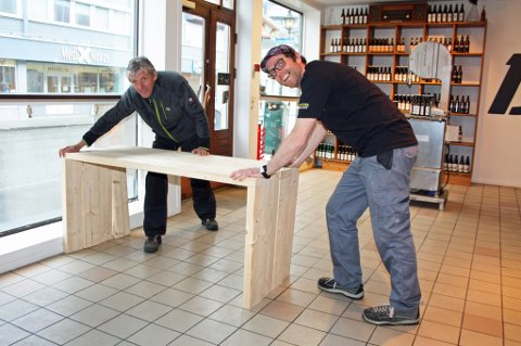 BARBORD: Arnfinn Elde (til venstre) er selvutnevnt stuntsnekker når Bryggeri 13 skal ha nytt inventar til utestedet. Christian Riksheim håper ølstua kan åpne i løpet av sommeren.