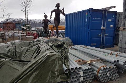 Her har bronsestatuen MSM fikk i gave blitt stående, på Bydrifts lager. Nå jobbes det for å få den plassert i Tromsø sentrum før løpefesten går av stabelen lørdag.