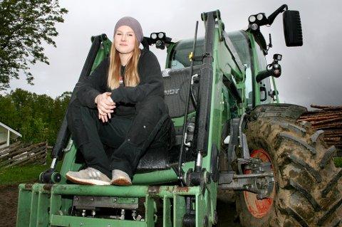 Marlen Duckert hvor hun trives best - på traktoren.