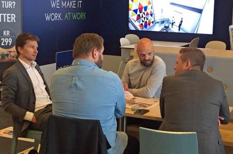DISKUTERTE SPILLERKJØP: TILs sportsjef Svein Morten Johansen (t.v) og assistenttrener Lars-Petter Andressen (t.h) satt i møte med de islandske agentene Magnus Agnar Magnusson (med ryggen til) og Bjarki Gunnlaugsson (nummer tre f.v) på flyplassen i Molde mandag. Der diskuterte de blant annet mulige spillerkjøp i sommeren.