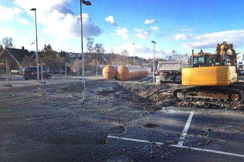 nå er de i gang med anleggsarbeidet hvor det om en måned åpnet ny benssinstasjon i Tromsø. Foto: Are Medby