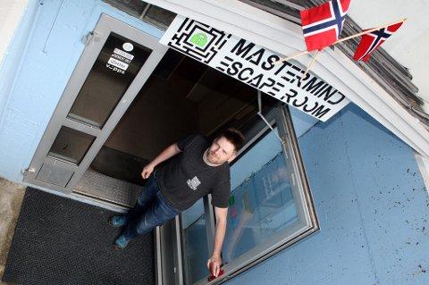 HJERNETRIM: Kim Hauglid ønsker velkommen til Mastermind Escape Room i Sørreisa.