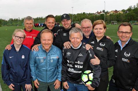 TRENERLØFT: Sparebanken Nord-Norge bidrar med 1,5 millioner kroner over 2,5 år for å øke trenerkompetansen i barne- og ungdomsfotballen i Troms. Fra venstre: Stine Gundersen (Troms fotballkrets); Truls Jenssen (TIL), Christian Larsen (Sparebanken Nord-Norge), Pål Kjetil Walle (TFK), Andreas Wiik (Skarp), Martin Antonsen (Skarp), Jo Are Vik (TFK), Trine Langli Nilsen (Reinen) og Tore Johnsen (Reinen).
