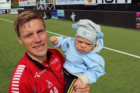 TILBAKE: Ruben Yttergård Jenssen er tilbake på TIL-trening om dagen. Groningen-proffen ferierer hjemme i Tromsø med familien, og hadde med seg sønnene Edward (på armen) og litt mindre fotovillige Leonard (i bakgrunnen) på Alfheim i går.