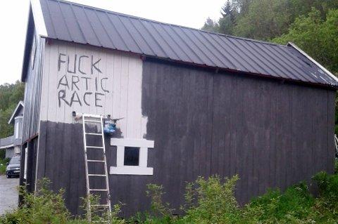 KLAR BESKJED: Da Helge Jakobsen måtte male fjøset, skrev han dette...