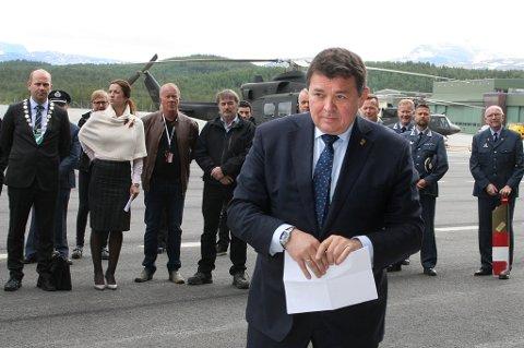 Statssekretær Øystein Bø (H) går fram for å foreta den offsisielle åpninga av helikopterbasen på Bardufoss.
