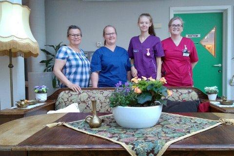 HJEMMEKOSELIG: Norunn Johansen (t.v.), Christine Fredriksen, Adelin Pettersen og Ingrid Johansen vil friste sykepleiere til å jobbe på Lavangsheimen, som også er nyoppusset i retrostil.