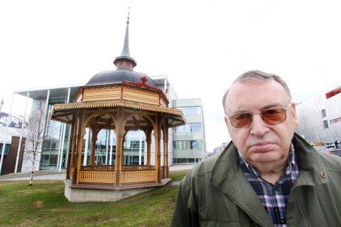 Gunnar Pedersen håper noen kan reparerer kanten av taket på musikkpaviljongen og gi den et strøk maling. Foto: Stian Saur