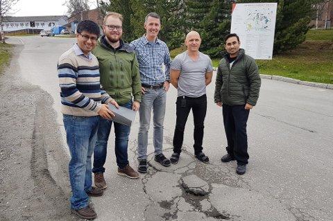 Disse forskerne fra Universitetet i Tromsø tror de kan frelse nordnorske veier fra hull og sprekker, Hassan Abbas Khawaja (t.v.), Hans-Kristian Norum Eidesen, Tor Schive,  Kåre Edvardsen og Tanveer Ahmad.