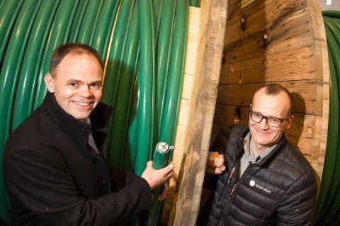 Administrerende direktør Erling Dalberg i Troms Kraft Nett (t.v) gleder seg til samarbeid med to nye entrepenørselskap. Her sammen med Fredd Arnesen fra Tromsø plan og prosjekt.