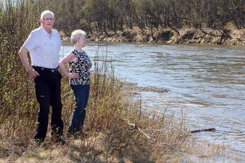 BEKYMRET: Ellen og Sverre Bjerknes følger nøye med på vannstanden i elva.