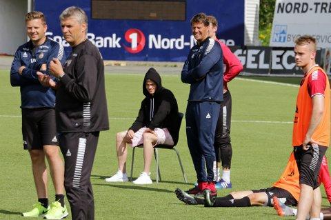 Aron Sigurdarson (midten med hettegenser) trente ikke lørdag på grunn av ankelskade, men reiser med TIL-troppen som møter Haugesund søndag. Det gjør ikke TIL-kaptein Simen Wangberg.