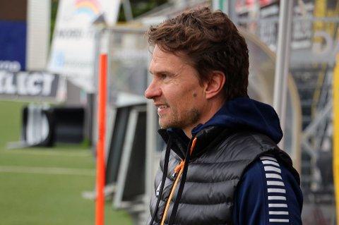 Svein-Morten Johansen har hektiske dager. TILs sportssjef skal i løpet av noen dager på plass en ny A-lagstrener. Samtidig ligger laget i eliteserien og i 3. divisjon (Regionsligaen) på nedrykksplass.