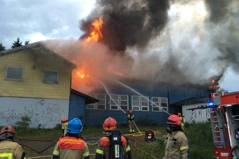 I FLAMMER: Natt til 12. juli i 2017 brant ungdomshuset Blåfjell ned til grunnen på Hansnes i Karlsøy.
