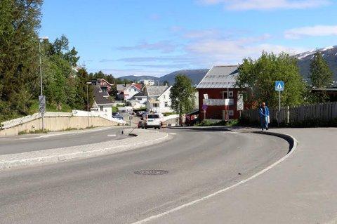 SENKER FARTA: Nå må du passe farta i Kirkegårdsveien i Tromsø. Kommunen innfører nemlig 30-sone på tilnærmet hele veien opp til toppen av øya.