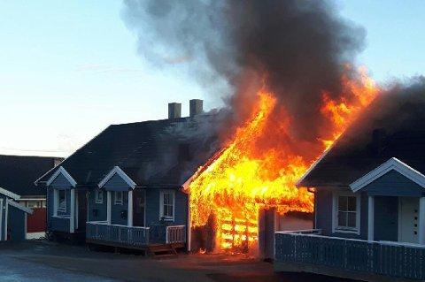 BRANN: En tomannsbolig på Tomasjord ble totalskadet i brann natt til 29. juni. En 36 år gammel mann er varetektsfengslet, siktet for å ha påsatt brannen.