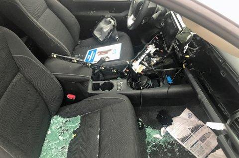 TYVERI: innbrudsraidet ble oppdaget mandag. Det er stjålet gjenstander fra alle de 24 bilene, men politiet vet per nå ikke hva som er tatt fra alle bilene.