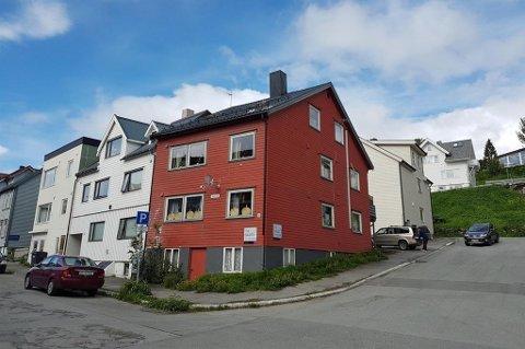 HEFTIG BUDRUNDE: Huset i Prestenggata har omfattende renoveringsbehov, men flere så potensialet og det ble en heftig budrunde.