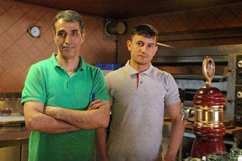 FORNØYDE: Siyavash Ahmadi og Nemat Ismat er fornøyde med arbeidplassen på Picando Pizza på Tomasjord.  Foto: Astrid Øvre Helland.