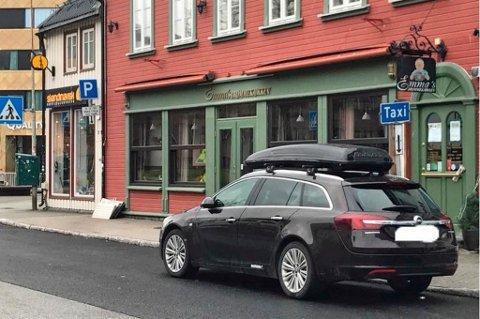 HOLDEPLASS: I vår ble parkeringsplassene i Kirkegata gjort om til taxiholdeplass. Siden da ha parkeringsvakter skrevet ut flere bøter i gata. Foto: Tromsø Parkering