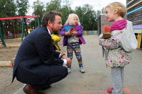 GRUNNLOV INNFØRT: Kunnskapsminister Torbjørn Røe Isaksen snakket lenge med ungene i Bymyra barnehage da han kom for å markere at den nye rammeplanen for barnehagene - «grunnloven» er innført fra 1. august.