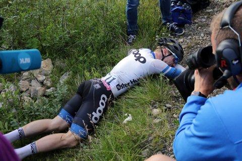HELT TOM: Det gikk i svart for August Jensen etter målpassering. Her ligger han i en grøft etter å ha ramlet av sykkelen.