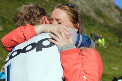 KJÆRESTEKLEM: Tårene rant både for August Jensen og kjæresten Julie Johannessen da de to fant hverandre i målområdet i Finnvikdalen.